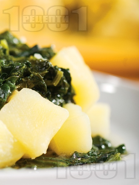 Вкусни варени картофи със спанак, лук и чесън - снимка на рецептата
